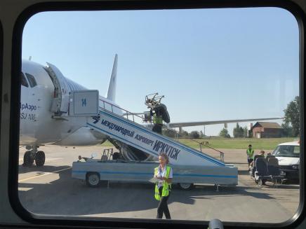 Flug von Irkutsk nach Ulan Ude: Vor dem Abflug mussten wir noch warten, bis alle Sitze im Flugzeug eingebaut waren.